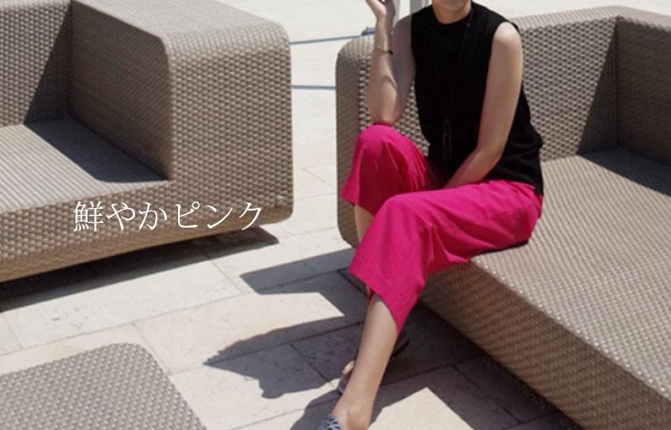 大人のピンクコーデ・鮮やかピンクのフレアスカートとパンツ