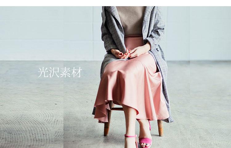 大人のピンクコーデ・光沢素材のフレアスカートとパンツ